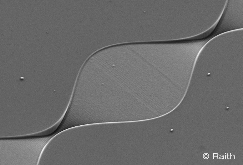 Od układów mikroprzepływowych do plazmoniki: Nowe horyzonty dzięki nowemu urządzeniu ionLINE Plus FIB firmy RAITH